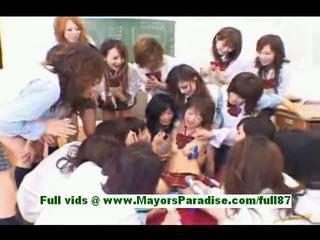Burvīgas japānieši schoolgirls uz the klasesistaba