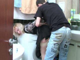 Vyzreté blondýna a násťročné chlapec has sex v kúpeľňa