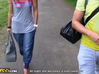 Tattooed meisje geneukt in een park video-