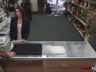 Customers vrouw screwed door geil pan man in de achterkamer