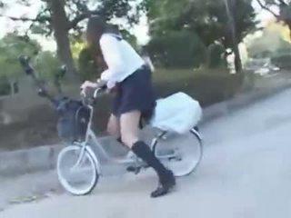 Japán lány lovaglás egy vibrating bicikli thru a város (public squirting)