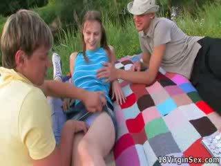 Adembenemend virgin gets deflowered gedurende picnic