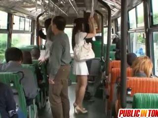 Yuu asakura bips is rubbed met een lul op de bus