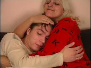 俄 媽媽 和 不 她的 兒子