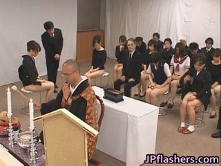 Aziāti meitenes iet līdz baznīca puse kails iekšā publisks