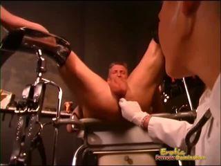 Sexy dominatrix squeezes guys coaie și fingers lui fund