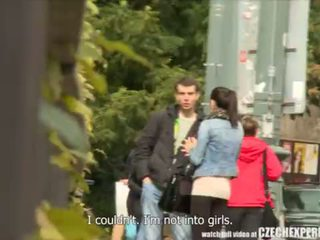 Slutty dospívající dívka sání strangers kohout na ulice
