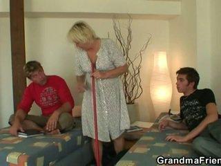 Cachonda adolescente roommate fucks caliente abuelita