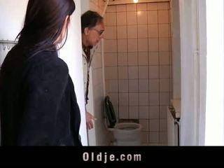 Oldje: jong tiener tries haar eerste oud man
