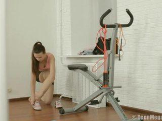 Slimmad tonårs puts på träning clothes i gym