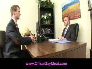 Gej employee seduces jego szef do zachować jego praca