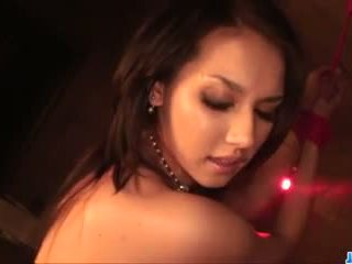 Maria ozawa kneels و sucks في ثلاثة هائل cocks