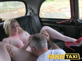Faketaxi blondin bombnedslag med bra tuttarna gets vackra creampie i taxi