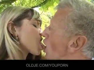 Млад неприятен блондинки съблазнявам an стар guy