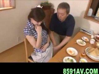 Rondborstig vrouw gives ouder man pijpen