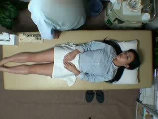 Spycam reluctant زوجة seduced بواسطة masseur