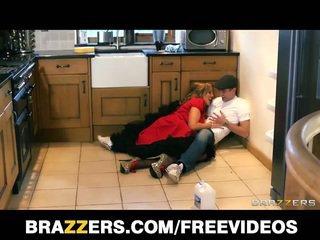 Krūtinga britiškas nanny does the plumber