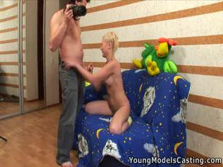 Gambar/video porno vulgar seks pencarian karakter dengan itu seksi remaja rambut pirang.