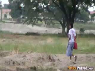 Filipina pelajar putri kacau outdoors di terbuka bidang oleh turis