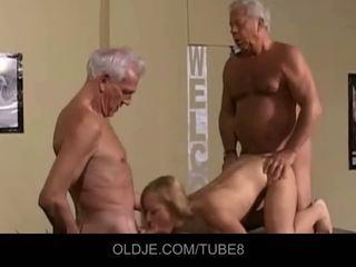 Appetizing jovem loira em an velho sexo a três