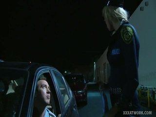 Seksualu blondinė policininkas fucks traffic violator