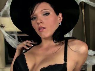 Seksuālā skaistule teasing un aptaustīšana uz fishnets un apakšbiksītes par halovīni