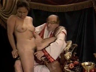 Azijietiškas jaunas mergaitė perklausa pagamintas iki vyresnis & storas senelis