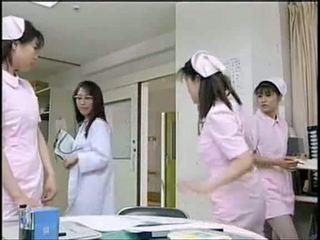 Ασιάτης/ισσα νοσοκόμα τσιμπουκώνοντας ασθενής