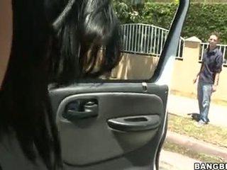 Abella anderson follando en un 汽车