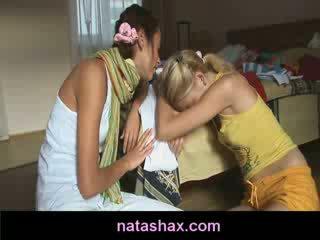 Lesbisch tiener seks met natasha verlegen en haar heet vriendin