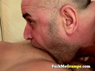Старий людина jack fucks the дівчина наступний двері
