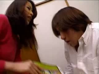 Japans tante helped nephew aftrekken op porno magazine video-