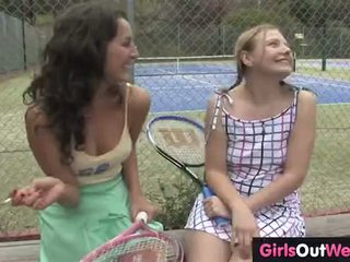 Karstās female teniss dīvāns licked līdz viņai pievilcīgas lesbiete trainee