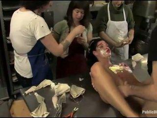 Gros seins prisoner used comme sexe esclave