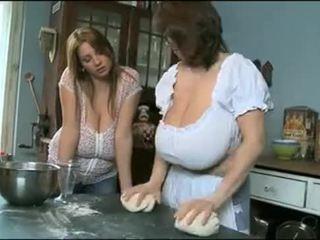 Milena un nadine having jautrība ar viņu krūtis