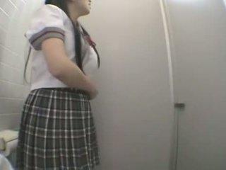 Student qirje në publike tualet