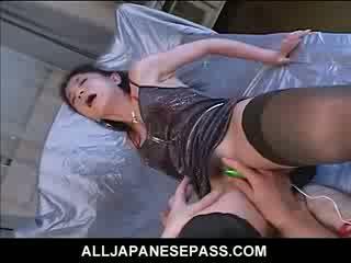 Trimmed cona é toyed até molhada e em seguida squirts fora dela gaja juice