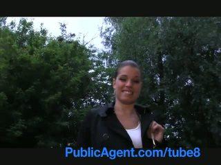 Publicagent sange bayan on a publik golep course at daytime