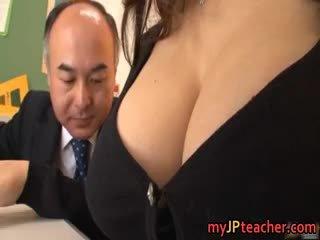 Rondborstig leraar ruri saijo bounces