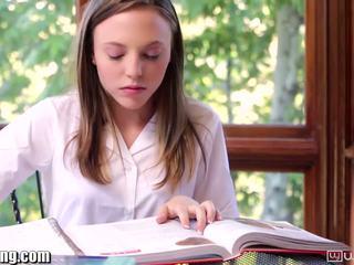 Lesbisk skolejente gets fitte eaten på pult