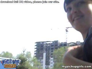 Schattig babe picked omhoog op een weg en geneukt video-