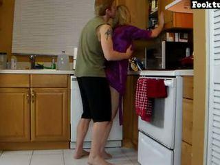 Mam lets zoon lift haar en slijpen haar heet bips totdat hij cums in zijn korte broek