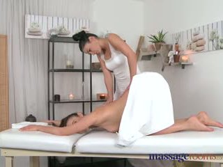 Pijet rooms nggantheng masseuse explores the body of a sexy lesbian beauty