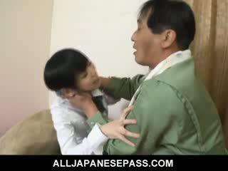 Minami asaka lovely asiatisk dukke plays med henne stor vegetables