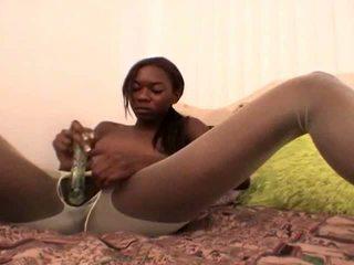 Tempting jovem grávida negra namorada em branca nylons aisha anderson rubbing cona com um vidro dildo