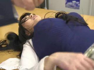 Gigants krūtainas aziāti skaistule spēlē ar guys pie the birojs