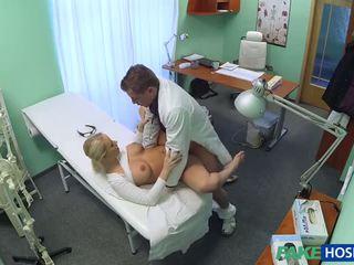 Tsjechisch blondine met groot boezem wants naar zijn een verpleegster