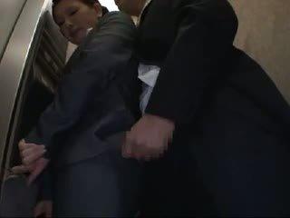 Officelady betast en geneukt in elevator