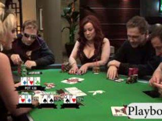 Krūtainas babes enjoyed spēlē pokers ar viņu uzbudinātas men