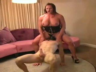 Female bodybuilder dominates lelaki dan gives dia menghisap zakar